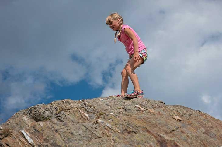 Bambina sulla roccia