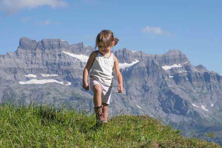 Baby trekking: bambina in montagna
