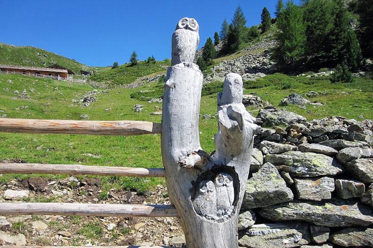 Una scultura lignea particolare lungo l'itinerario
